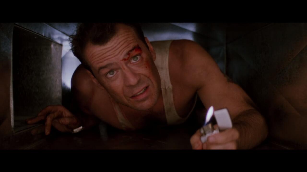 『ダイハード』にて、ダクトの中をライターの明かりを頼りに進む主人公・マクレーン。