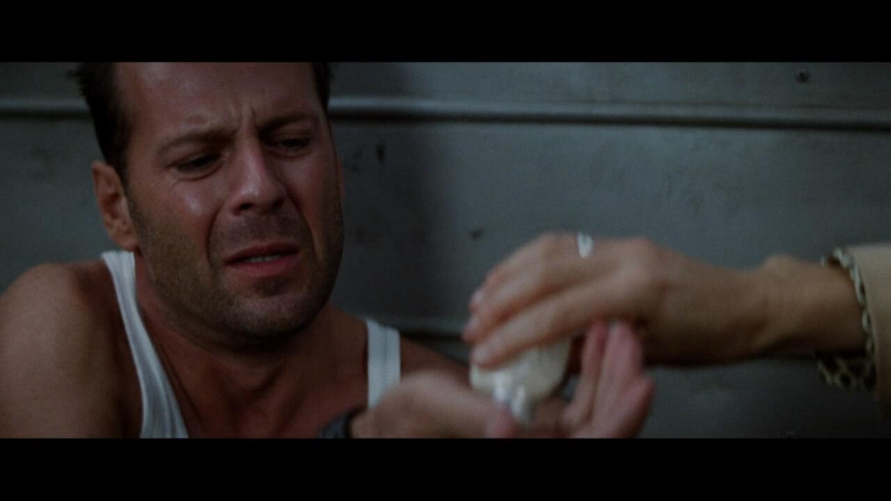 『ダイハード3』にて、なぜか停職中の主人公・マクレーン。二日酔いで鎮痛薬がないとやってられない。