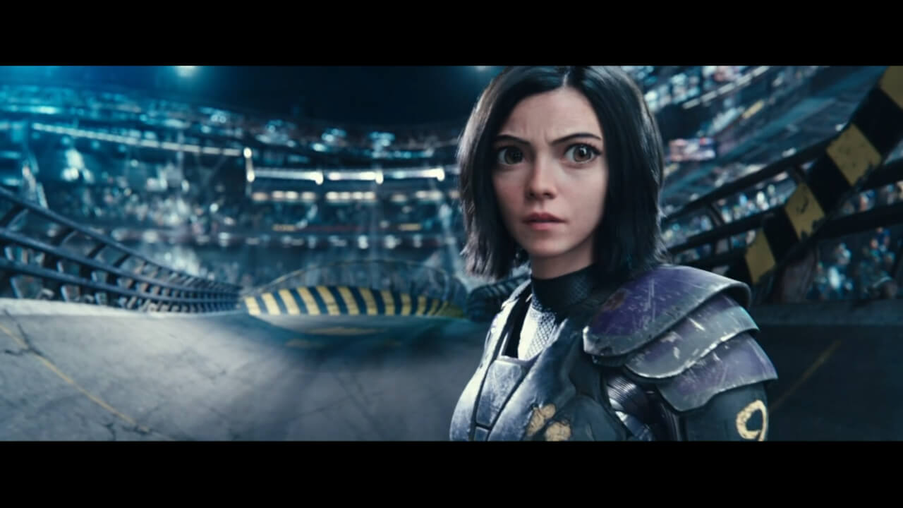 『アリータ: バトル・エンジェル』の主人公・アリータが「モーター・ボール」という競技に参加しているシーン。アリータを演じるはローサ・サラザール、試合の実況は古舘伊知郎。