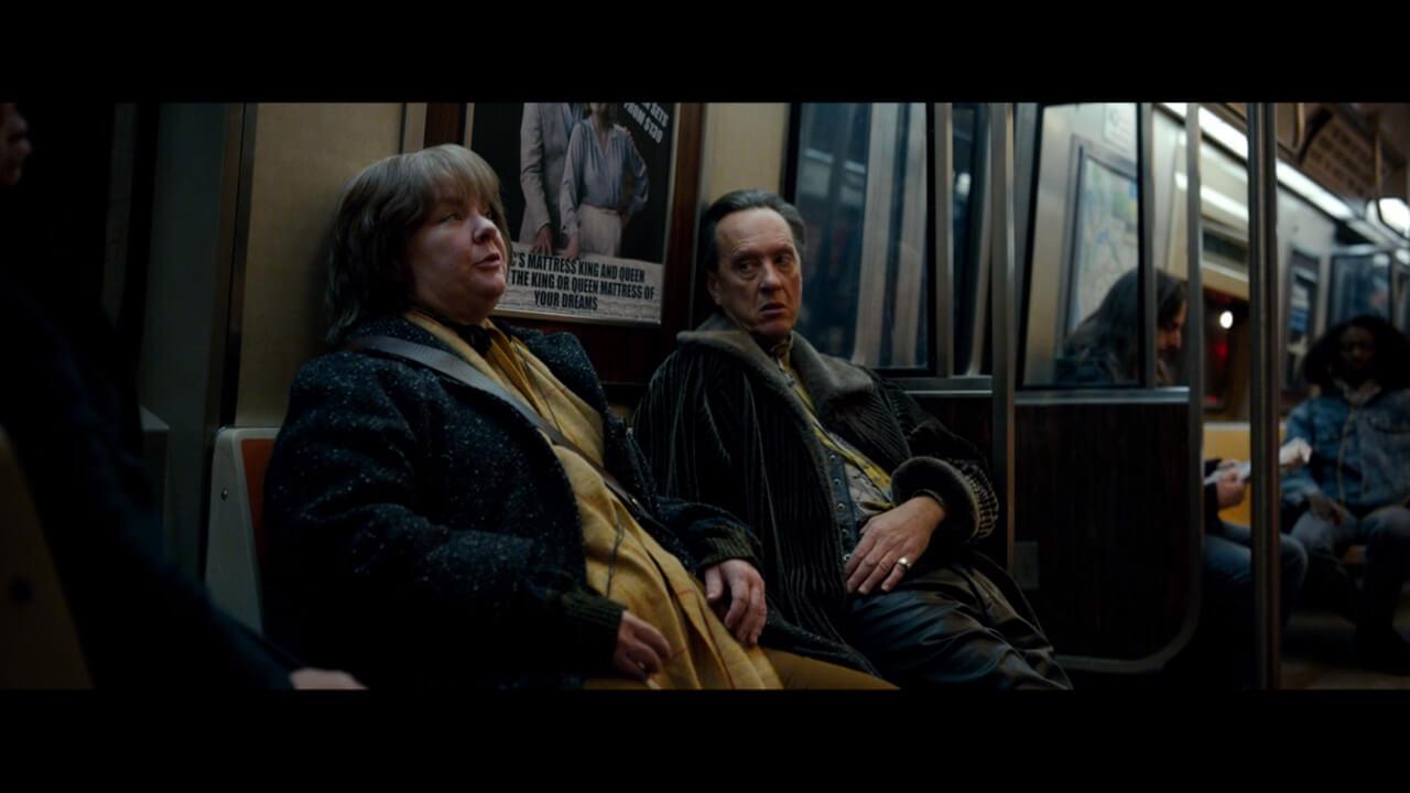 『ある女流作家の罪と罰』にて主人公・リーと親友・ジャックが地下鉄に乗っているシーン。演じるのはメリッサ・マッカーシーとリチャード・E・グラント。