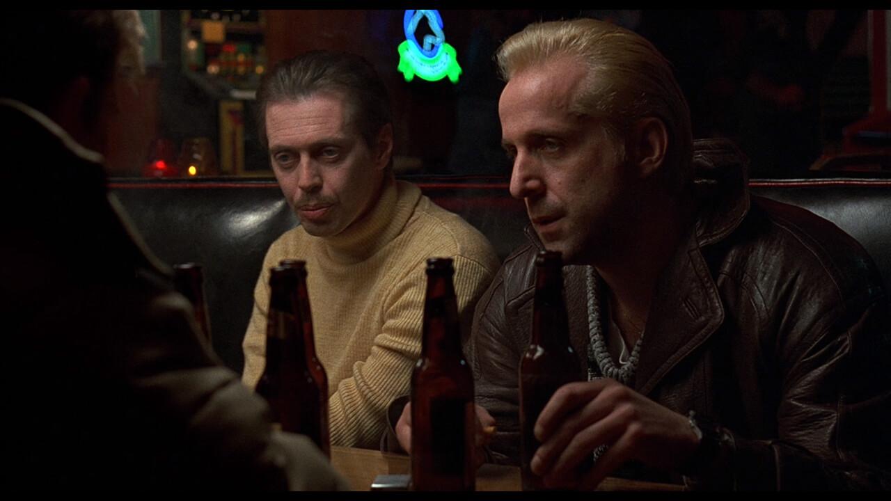 『ファーゴ』にて誘拐の実行犯として登場するカールとゲア。演じるのはスティーブ・ブシェミとピーター・ストーメア。