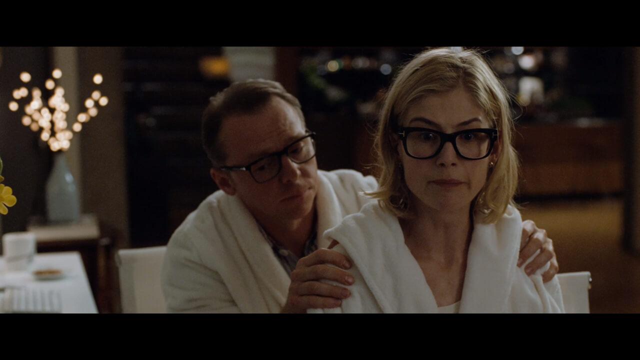 『しあわせはどこにある』の主人公・ヘクターと恋人・クララ。演じるのはサイモン・ペッグとロザムンド・パイク。