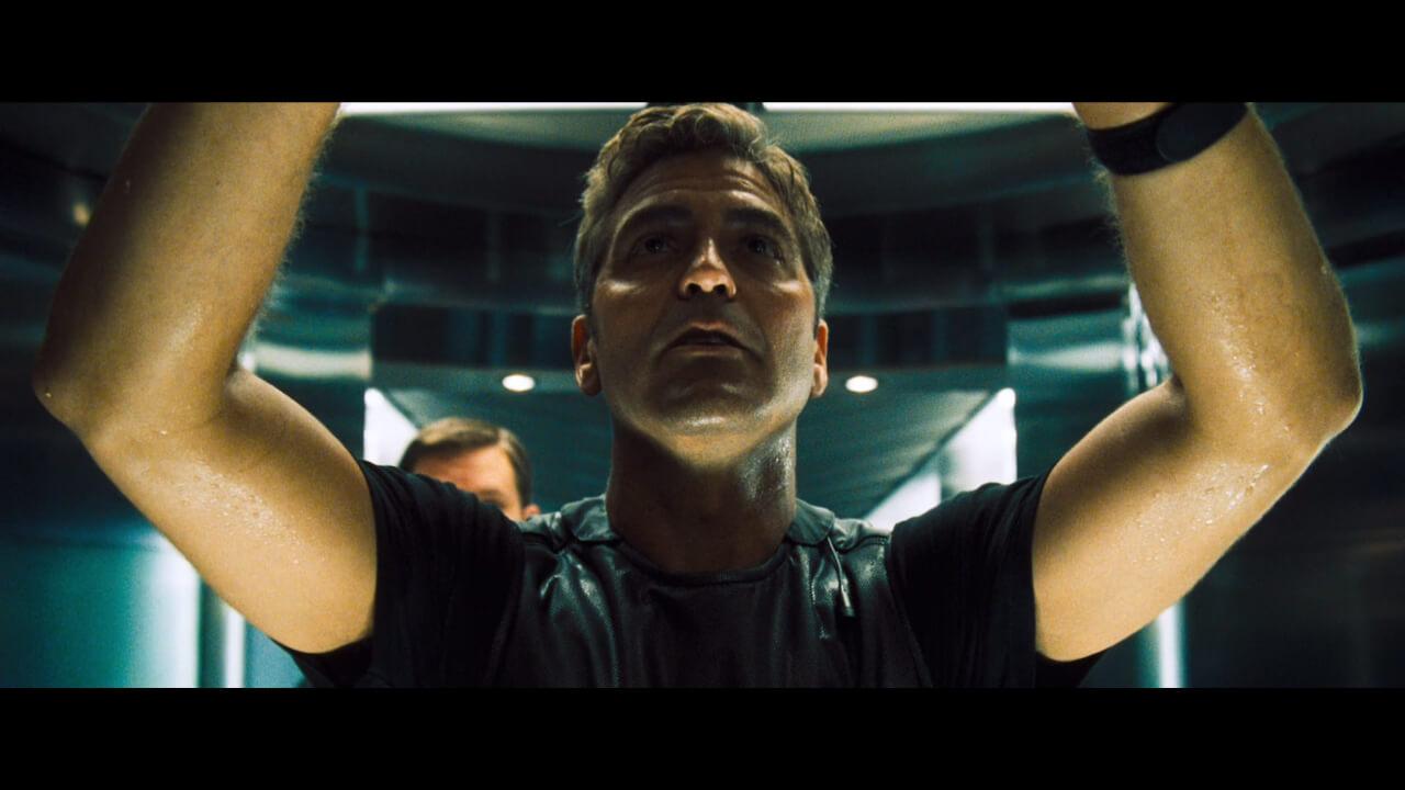 『オーシャンズ11』の主人公・ダニーが金庫に爆薬を設置するシーン。演じるのはジョージ・クルーニー。