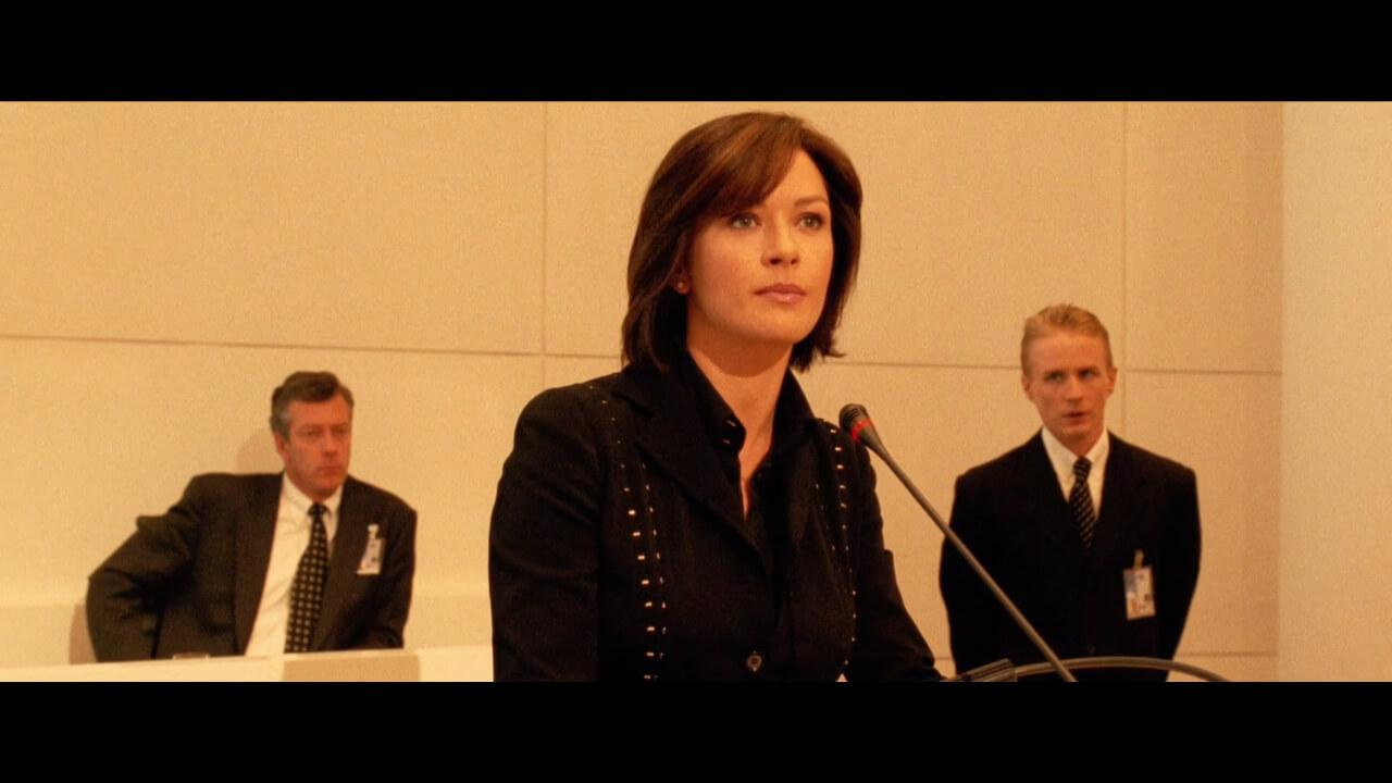 『オーシャンズ12』にて「オーシャンズ」を追う捜査官イザベル。演じるのはキャサリン・ゼタ・ジョーンズ。