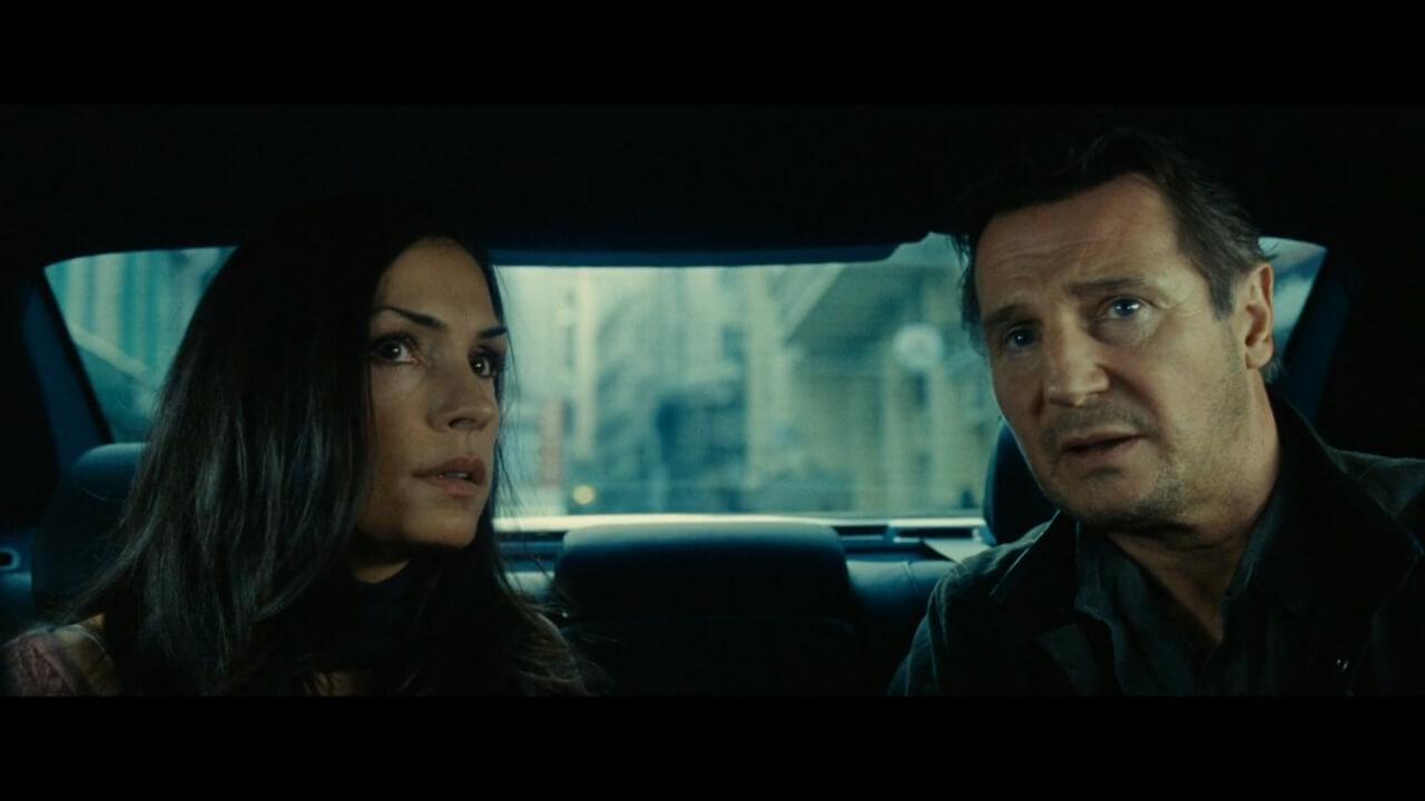 『96時間/リベンジ』にてアルバニア人に誘拐されるブライアンとレノーア。演じるのはリーアム・ニーソンとファムケ・ヤンセン。