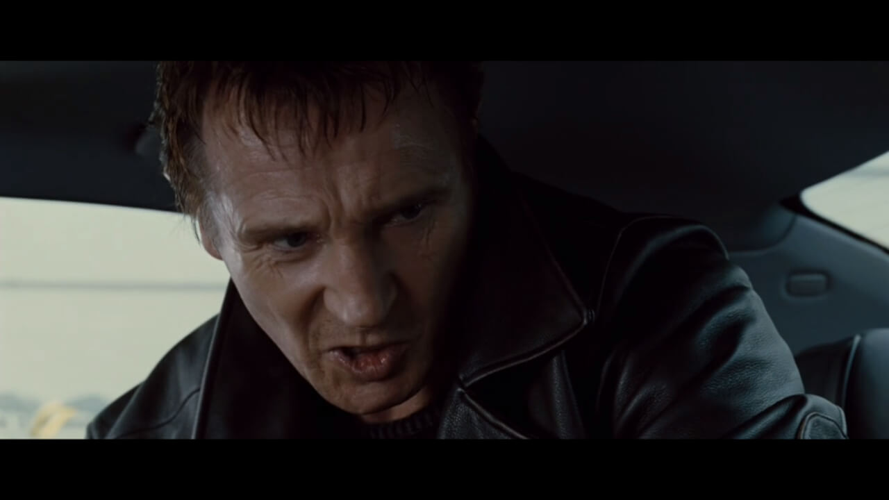 『96時間』にて娘の誘拐に関与した男を尋問する主人公・ブライアン。演じるのはリーアム・ニーソン。