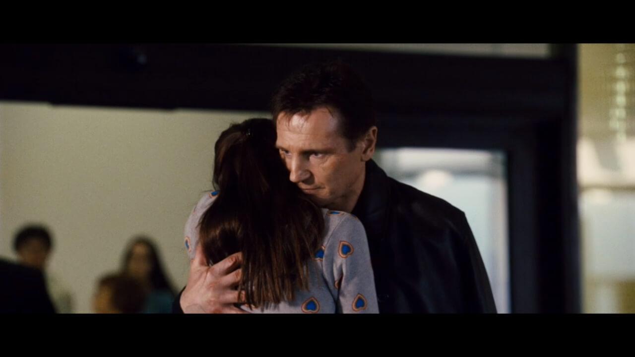 『96時間』にて無事救出した娘と空港でハグする主人公・ブライアン。演じるはリーアム・ニーソン。