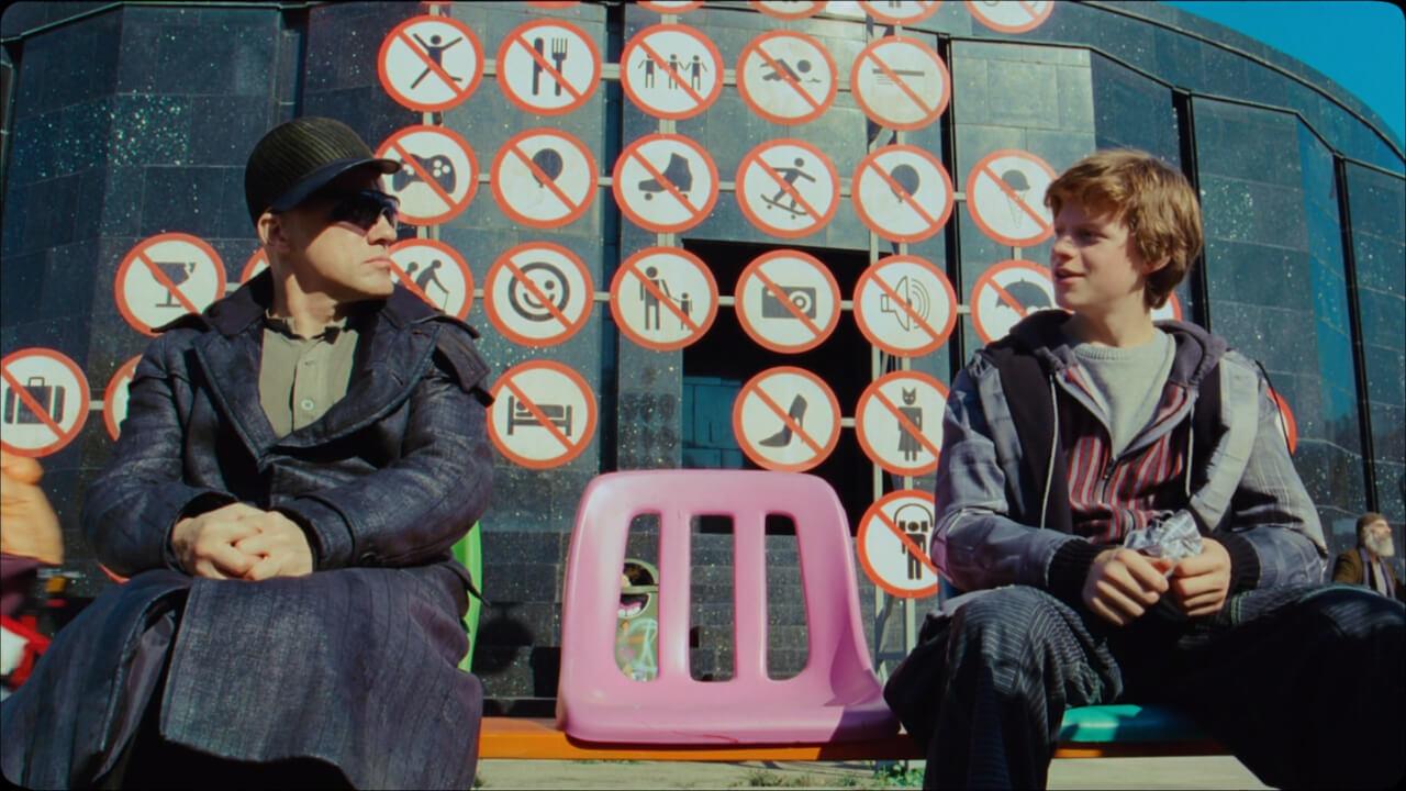 『ゼロの未来』の主人公・コーエンと青年・ボブ。演じるのはクリストフ・ヴァルツとルーカス・ヘッジズ。