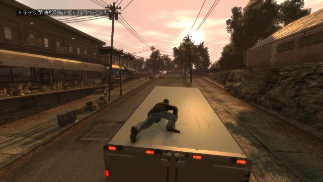 トラックの屋根にへばり付くニコ。