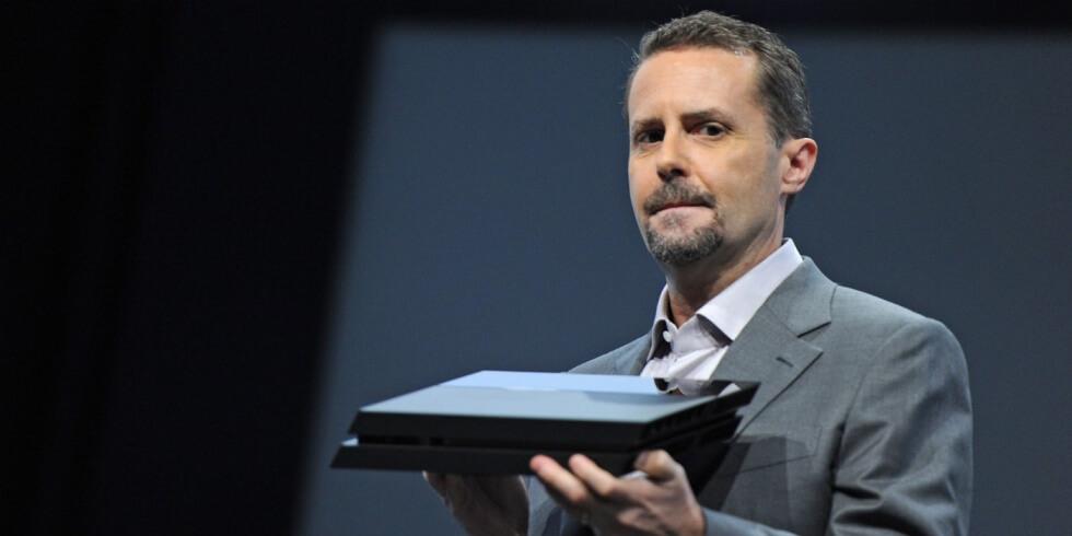 スリム版PlayStation 4を発表するアンドリュー・ハウス氏。