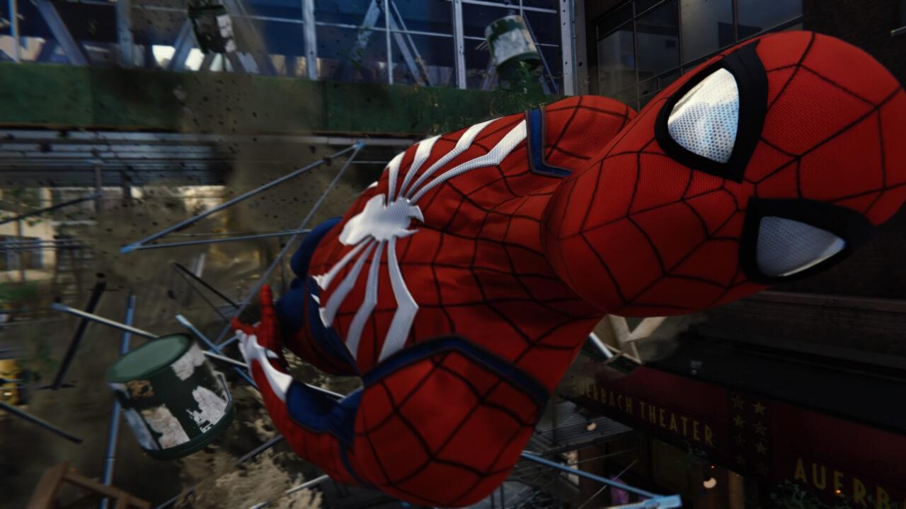 崩れ落ちる橋の下を通り抜けるスパイダーマン。ムービーでも実際のゲームプレイでも流れるようなアクションが堪能できる。