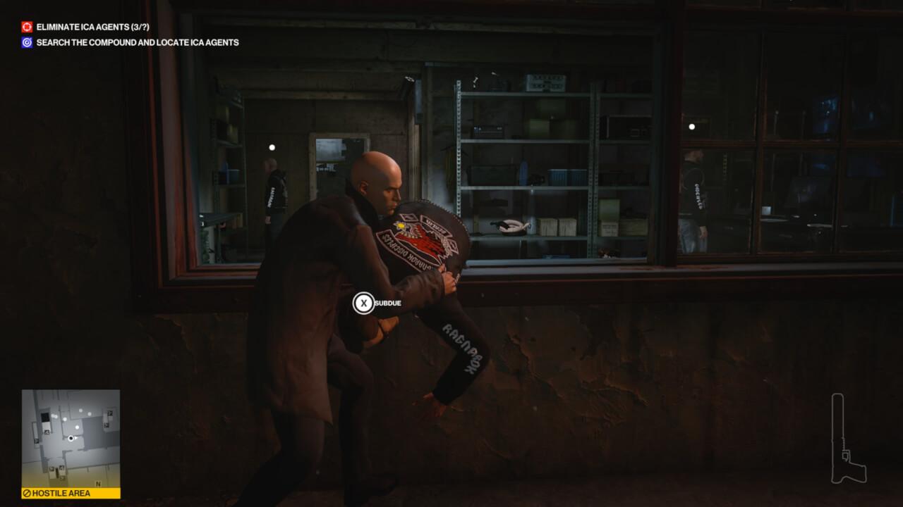 ヒットマン3より。窓際の敵をテイクダウンしている。